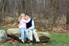 Gelukkige jonge kinderensiblings huHappy Siblings van Jonge Kinderen (4) die koesteren Stock Afbeeldingen
