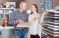 Gelukkige jonge klanten die keukenvoorgevel kiezen stock afbeelding