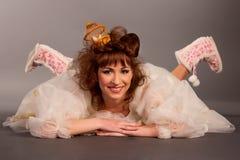 Gelukkige jonge kunstdame die op de vloer rust Royalty-vrije Stock Afbeelding