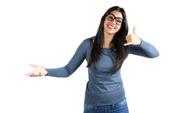 Gelukkige jonge Latijnse vrouw die telefoneert me gebaar Stock Afbeeldingen