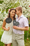 Gelukkige jonge man en vrouw in openlucht Stock Foto