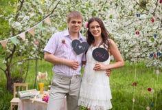 Gelukkige jonge man en vrouw in openlucht Royalty-vrije Stock Afbeelding