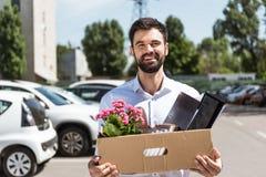 gelukkige jonge manager met doos persoonlijk materiaal royalty-vrije stock foto's