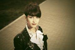 Gelukkige jonge maniervrouw in leerjasje op stadsstraat stock afbeeldingen