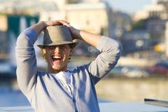 Gelukkige jonge mannequin die op de zomerstraat glimlacht Stock Fotografie