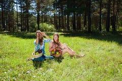 Gelukkige jonge meisjes op aard Royalty-vrije Stock Afbeelding