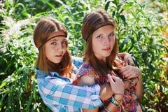 Gelukkige jonge meisjes openlucht Royalty-vrije Stock Foto