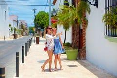 Gelukkige jonge meisjes, toeristen die op straten in stadsreis lopen, Santo Domingo Royalty-vrije Stock Afbeeldingen