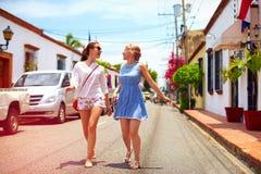 Gelukkige jonge meisjes, toeristen die op straten in stadsreis lopen, Santo Domingo Royalty-vrije Stock Foto