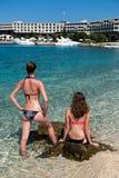 Gelukkige jonge meisjes in vakantietoevlucht Royalty-vrije Stock Afbeelding
