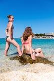 Gelukkige jonge meisjes in vakantietoevlucht Stock Afbeeldingen