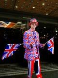 Gelukkige jonge mens die de vlag van het Verenigd Koninkrijk golven Stock Foto