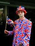 Gelukkige jonge mens die de vlag van het Verenigd Koninkrijk golven Royalty-vrije Stock Afbeeldingen