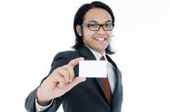 Gelukkige jonge mens die een lege kaart houdt Stock Afbeelding