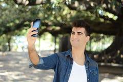 Gelukkige jonge mens die een selfie nemen royalty-vrije stock foto's