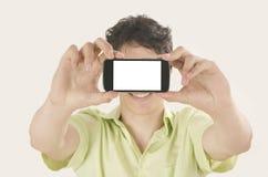 Gelukkige jonge mens die een selfiefoto met zijn slimme telefoon nemen Stock Foto's