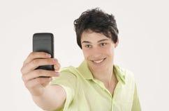 Gelukkige jonge mens die een selfiefoto met zijn slimme telefoon nemen royalty-vrije stock afbeeldingen