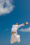 Gelukkige jonge mens die met opwinding springt Stock Foto's