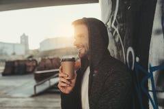 Gelukkige jonge mens die ochtenddrank hebben buiten royalty-vrije stock afbeelding