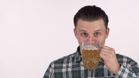 Gelukkige jonge mens die opgewekt, het drinken heerlijk bier, die gelukkig glimlachen kijken stock videobeelden
