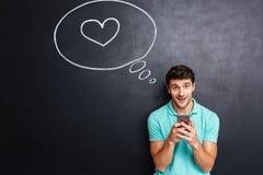 Gelukkige jonge mens in liefde met toespraakbel Royalty-vrije Stock Foto's