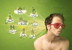 Gelukkige jonge mens met zonnebril die naar steden rond w reizen Stock Afbeeldingen