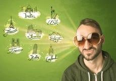 Gelukkige jonge mens met zonnebril die naar steden rond w reizen stock foto's