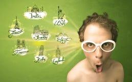 Gelukkige jonge mens met zonnebril die naar steden rond w reizen Royalty-vrije Stock Foto's
