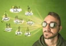 Gelukkige jonge mens met zonnebril die naar steden rond w reizen royalty-vrije stock afbeelding
