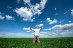 Gelukkige jonge mens op groen gebied van tarwe Royalty-vrije Stock Fotografie