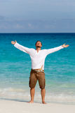 Gelukkige jonge mens op het strand stock fotografie