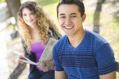 Gelukkige jonge mens in openlucht in voorgrond Stock Fotografie