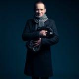 Gelukkige jonge mens over donkerblauwe achtergrond Royalty-vrije Stock Afbeeldingen