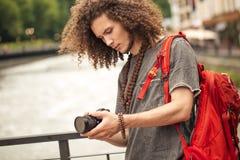 Gelukkige jonge mens, toeristen met camera in stad royalty-vrije stock afbeelding