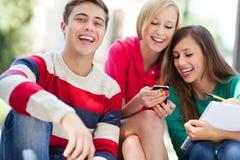 Gelukkige jonge mensen Stock Afbeeldingen