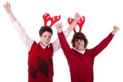 Gelukkige jonge mensen die rendierhoornen, met wapens dragen Royalty-vrije Stock Foto