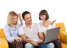 Gelukkige jonge mensen met laptop computer Stock Afbeeldingen