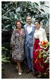 Gelukkige jonge mensen met zijn familie Royalty-vrije Stock Foto's