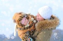 Gelukkige jonge moeder en dochter Stock Afbeeldingen