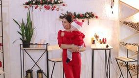 Gelukkige jonge moeder en haar zoon die thuis tijdens Kerstmisvakantie spelen stock video