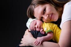 Gelukkige jonge moeder en pasgeboren meisje stock foto