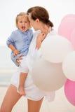 Gelukkige jonge moeder met haar kleine dochter Stock Fotografie