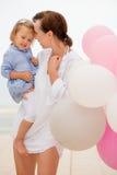 Gelukkige jonge moeder met haar kleine dochter Royalty-vrije Stock Fotografie