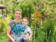 Gelukkige jonge moeder met kindjongen op aard Royalty-vrije Stock Fotografie
