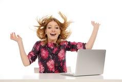Gelukkige jonge mooie vrouw met laptop Royalty-vrije Stock Foto's