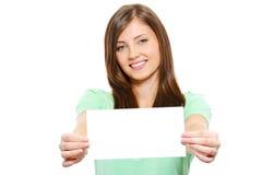 Gelukkige jonge mooie vrouwelijke holdings lege kaart Royalty-vrije Stock Afbeeldingen