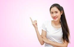 Gelukkige jonge mooie vrouwen in rechtse gerichte status t -t-sirt geïsoleerd op roze zachte achtergrond royalty-vrije stock afbeelding
