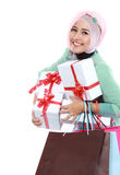 Gelukkige jonge moslimvrouw met het winkelen zak en giftdozen Royalty-vrije Stock Afbeelding