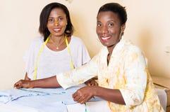 Gelukkige jonge naaisters in de workshop stock foto's