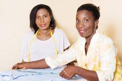 Gelukkige jonge naaisters in de workshop royalty-vrije stock foto